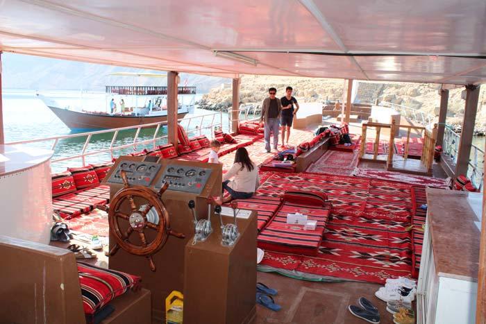 Esplora Thelegraph Island, lo storico avamposto dove fu installato il telegrafo, preparati a fotografare i delfini, fai snorkeling nell'acqua cristallina del Musandam Sea e goditi il rinfresco che prepareremo a bordo!