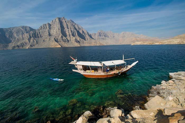 Stai pensando ad un tour nel Musandam? Una giornata intera con Khasab Musandam Crociere in dhow è il modo migliore per esplorare i fiordi di Musandam, montagne mozzafiato, delfini e paesaggi meravigliosi sui dhow dell'Oman tradizionalmente decorati.