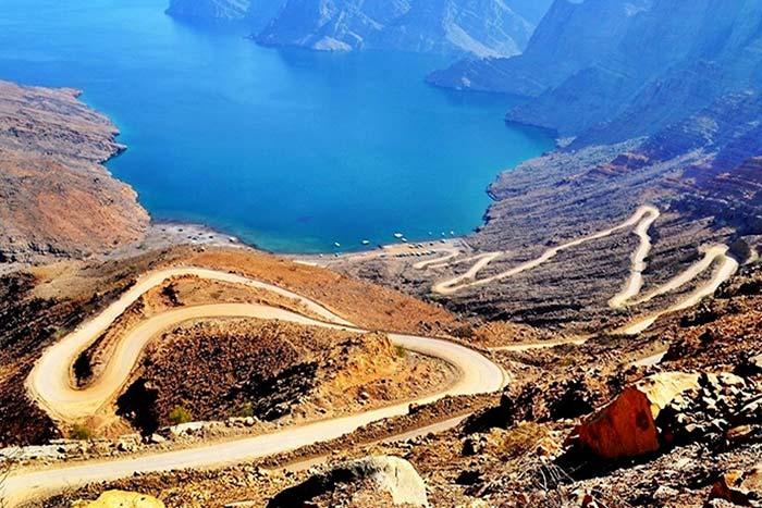 Chi ha detto che il safari debba essere scomodo? Il safari in montagna di Khasab Musandam Crociere ti porterà in fuoristrada sullo Jebel Harim, sul Khor Najd e sui Monti Hajar. Esploreremo la città di Khasab, i piccoli e antichi villaggi sulla costa, le tradizionali case beduine di Bait Ul Qufal e i piccoli canyon chiamati wadi