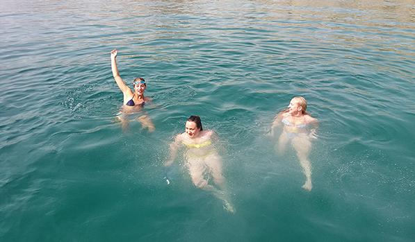 Sei un appassionato di nuoto snorkeling? La crociera di dhow di un giorno intero ti porta due soste per lo snorkeling e il nuoto. Preparati a divertirti!
