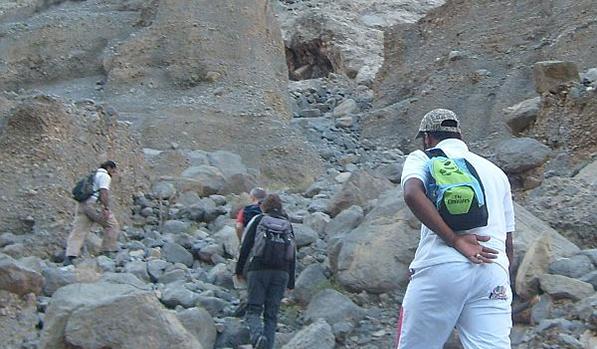 Avvincente giro su 4X4 al Jebel Harim Raggiungi la vetta del Jabel Al Harim Goditi la splendida vista della catena montuosa di Hajar Goditi la vista della pista che ci ha portato al picco Osserva i fossili di milioni di anni vicino a Jabel Al Harim Visita al villaggio beduino di Sayh e Khor Najd